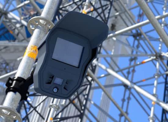 Kit autonome pour la protection des échafaudages et la sécurisation de chantier